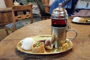 Подача чая в чайной при ресторане в Тегеране.