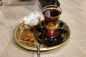 Подача чая в актуальном тегеранском кафе.
