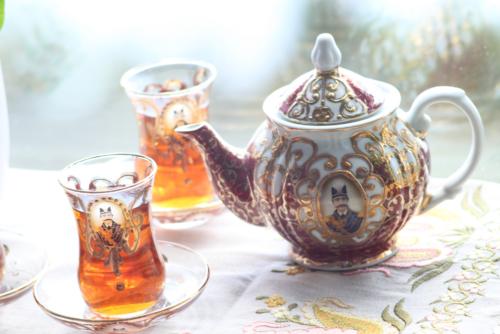Чайник и стаканчики с традиционным для Ирана портретом Насер ад-Дин-шаха. © Ольга Никандрова