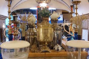 Самовары в интерьере иранского ресторана.