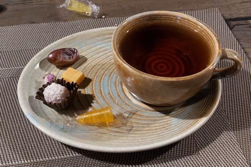 Лаконичная подача чая в Иране. Кальян в кадр не попал.