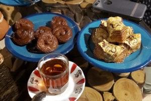 Подача чая в ресторане «Гиланский шах», Лахиджан, Иран.
