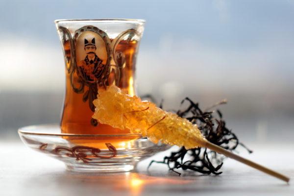 Иранский черный чай из Лахиджана в стаканчике с Насер ад-Дин Шахом и шафрановым сахаром.