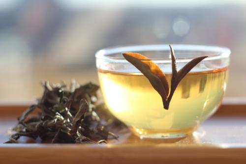 Чай Зеленая Красавица, изготовлен по технологии Восточной Красавицы и из «покусанного сырья», но с меньшей степенью ферментации. Тайвань.