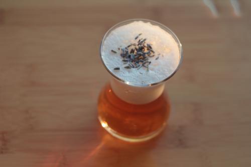 Зеленый чай с пеной и топпингом из лаванды.