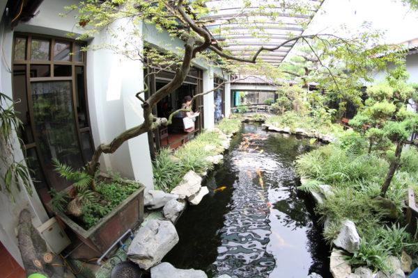 Сад на территории фабрики по производству керамики. Вьетнам.