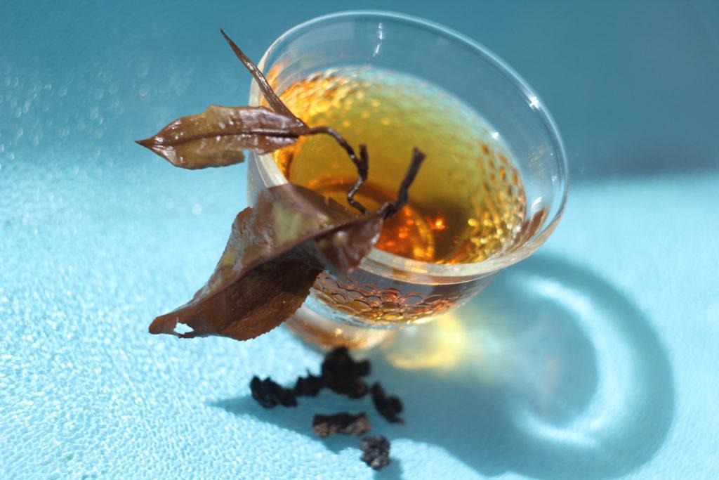Дикий и черный тайваньский чай, копченый на женьшеневой крошке.