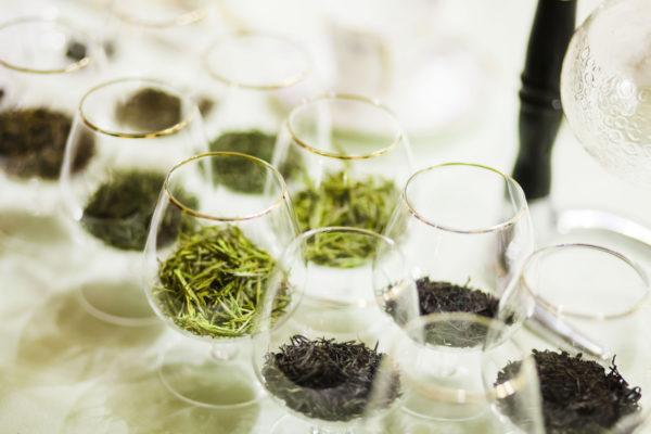 Премиумизация хубэйского чая коньячными бокалами.