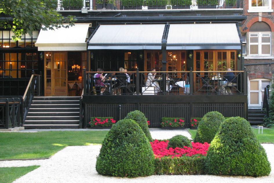 The Goring (Лондон). Вид с крокетной площадки на чайную террасу