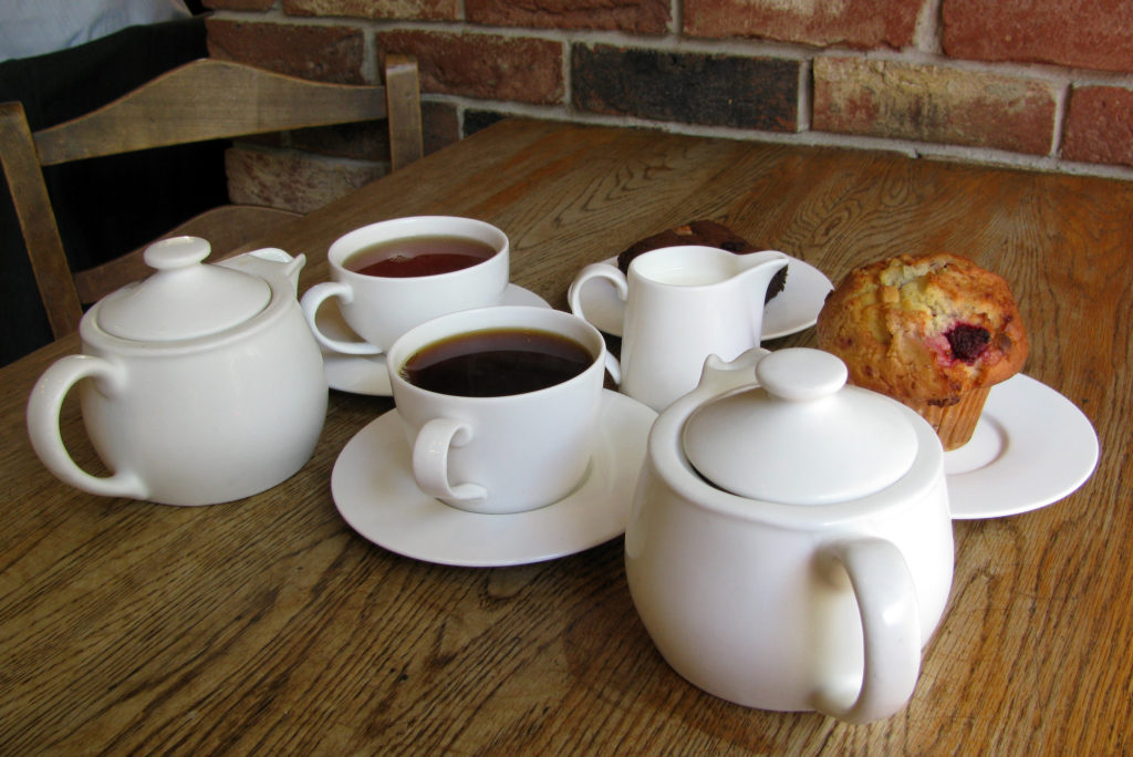 Подача чая в чайной Tea (Лондон, Великобритания) в 2010 году. В настоящее время чайная закрыта