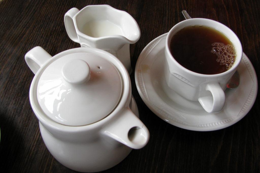 Подача чая в чайной The Almonry (Или, Великобритания) в 2010 году