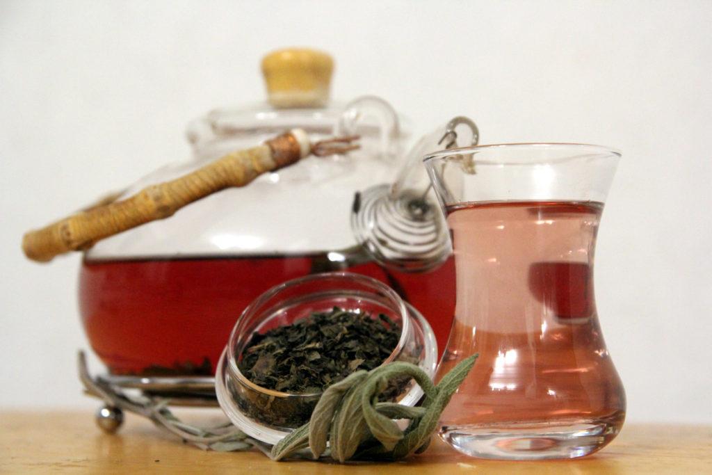 Порозовевший настой иранского зеленого чая с шалфеем лекарственным