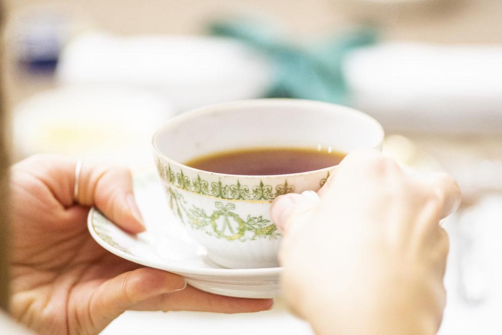 Чай в старинной чайной паре
