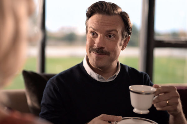 Канонический Тед Лассо с чашкой чая. Фото: Apple TV+
