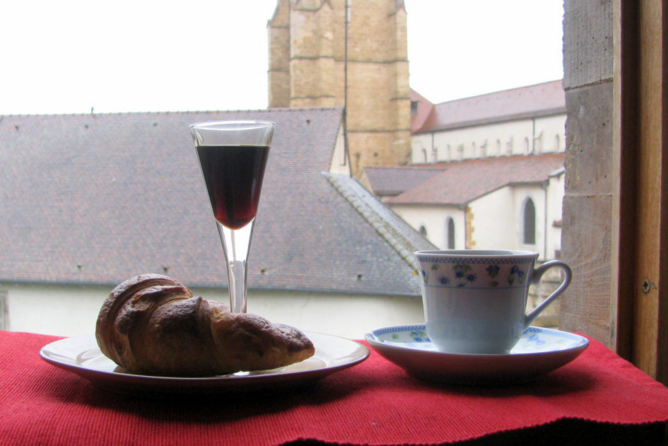 Черный чай с круассаном и Педро Хименесом из Уэльвы. © Ольга Никандрова