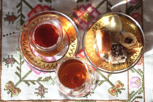 Турецкий чай, сладкий херес и восточные сладости. © Ольга Никандрова