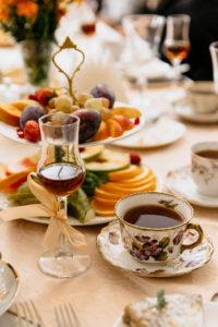Черного чай с бархатцами и ванилью и хересный бренди. Фото: Гостевой дом «У Покровки»