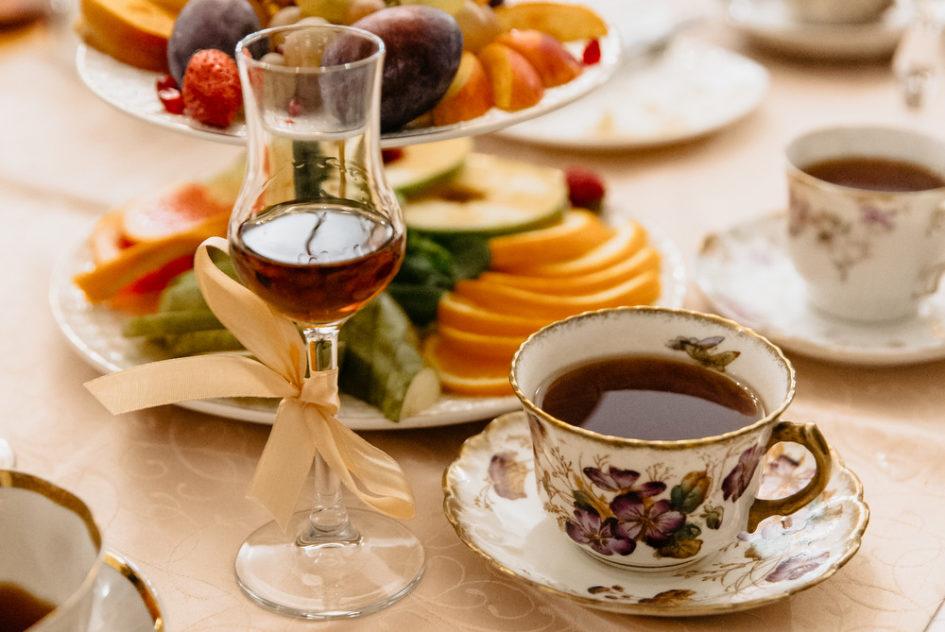 Черный чай с бархатцами и ванилью и хересный бренди. Фото: Гостевой дом «У Покровки»