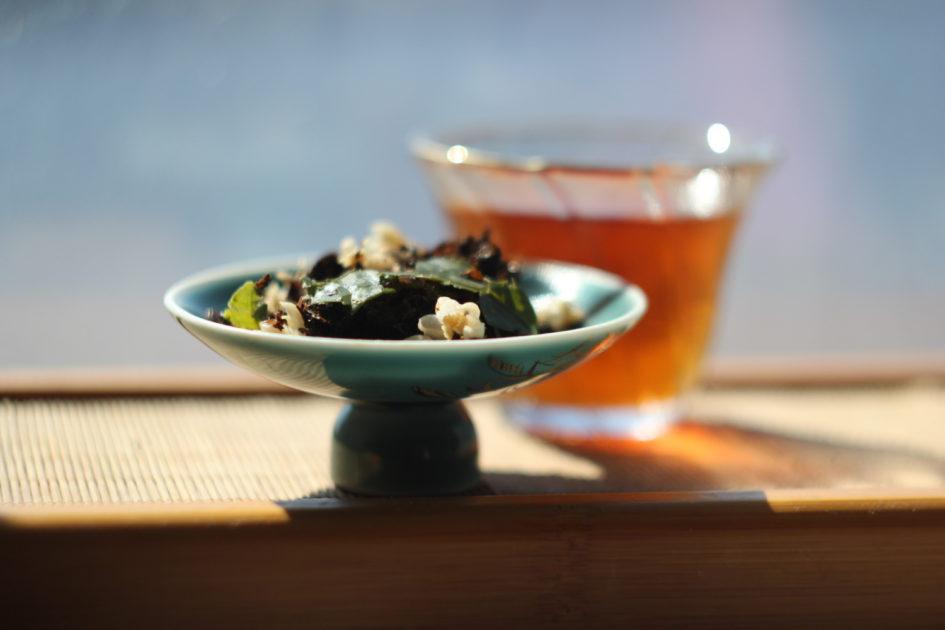 Черный турецкий чай с сушеными цветками и листьями лимона. © Ольга Никандрова