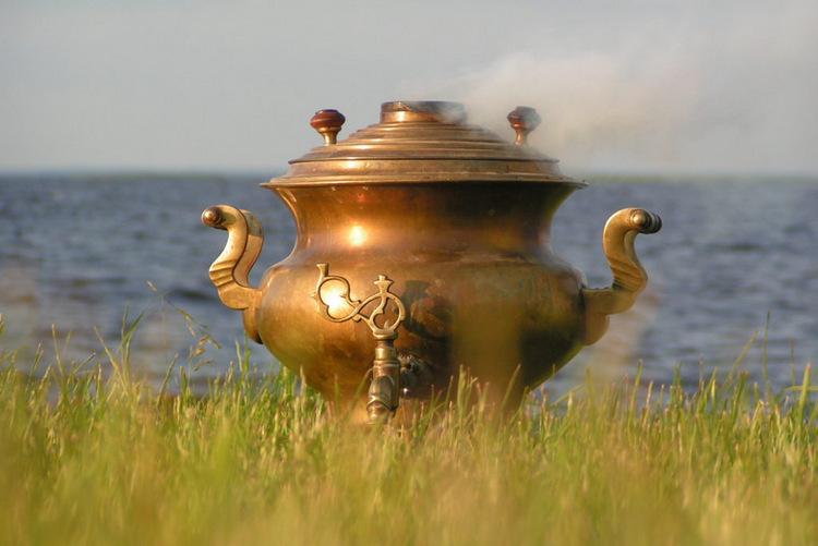 Старый воронцовский самовар на берегу Псковского озера