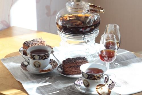 Цейлонский чай с корками бергамота, шоколадный торт и Москатель. © Ольга Никандрова