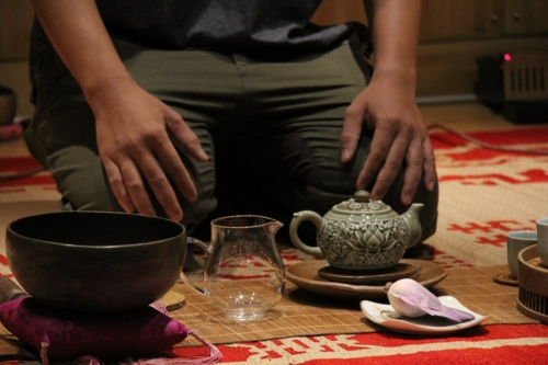 Мастер Нгуен Вьет Хун заваривает свой лотосовый чай. © Ольга Никандрова
