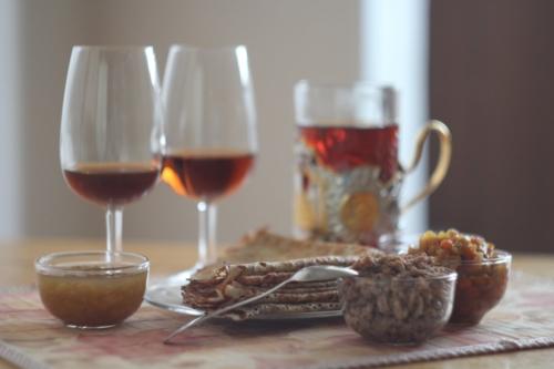 Блины, говяжий фарш, кабачковая икра, красная икра, варенье из желтой малины, черный чай, Медиум и Москатель. © Ольга Никандрова