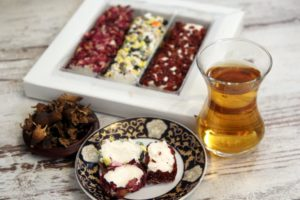 Черный чай с завязями граната и турецкие сладости. © Ольга Никандрова