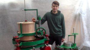 Антон Бехтер с изготовленным им оборудованием для обработки чайного листа. Выходные данные роллера для чайного листа. © Антон Бехтер