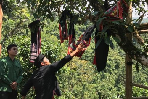 Забрасывание шарфиков на чайное дерево в Нам Ти (Nậm Ty), Хазянг, Вьетнам. © Ольга Никандрова