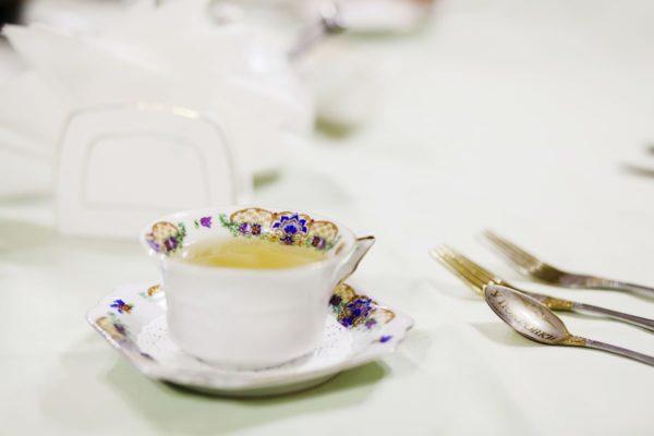 Подача чая в старом фарфоре. Гостевой дом «У Покровки», Псков